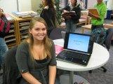 Uśmiechnięta kobieta z laptopem