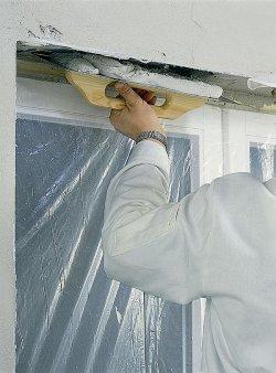 Na przygotowane płaszczyzny ościeży nakładamy pacą stalową masę z tynku lub gładzi, wyrównując ją odpowiednimi narzędziami.